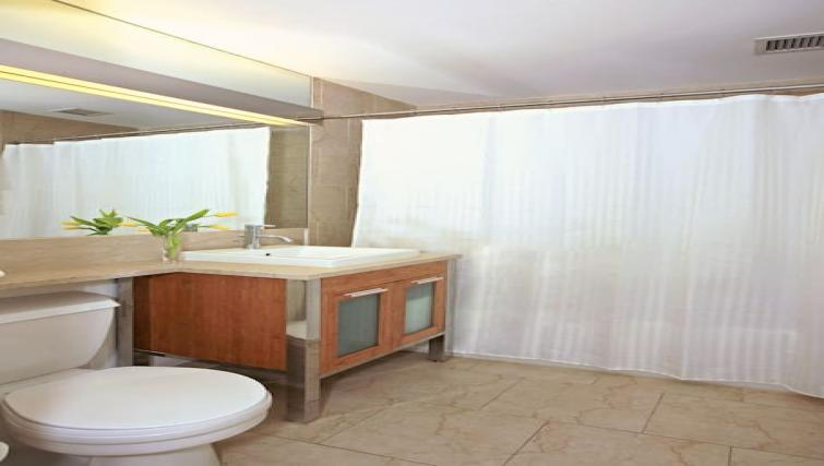 Ideal bathroom at Hanover Square Apartments